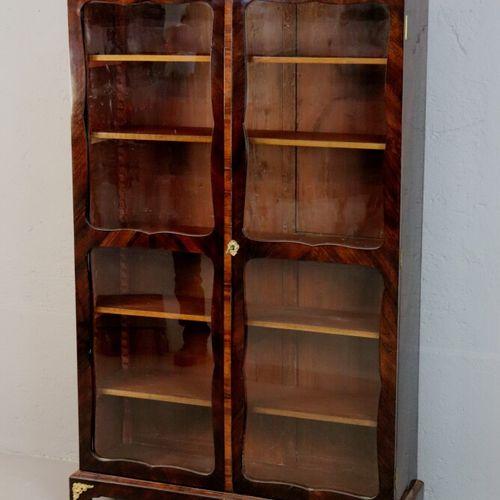 Bibliothèque vitrée Régence en placage de palissandre plaqué en ailes de papillo…
