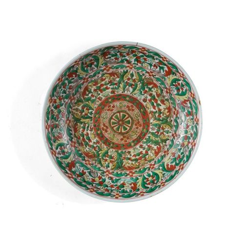 PLAT ROND EN PORCELAINE WUCAI Chine, XVIIe siècle Décoré d'une rosace au centre,…