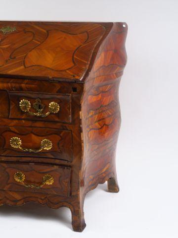 Commode scriban Louis XV en marqueterie de noyer et de palissandre, à décor d'ét…