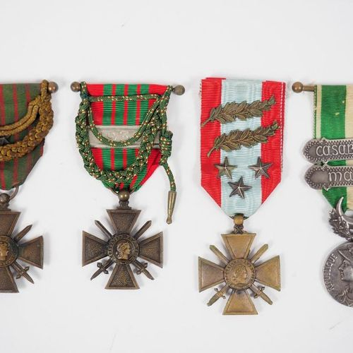 Interesting binder containing 90 decorations on the theme of the Croix de Guerre…
