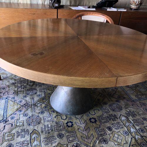 Joseph André MOTTE (1925 2013) Table ronde en bois de placage, piètement central…