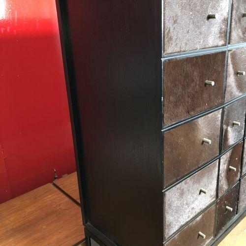 Bar en bois noirci et peaux de vache, reposant sur un support en bois noirci Tra…