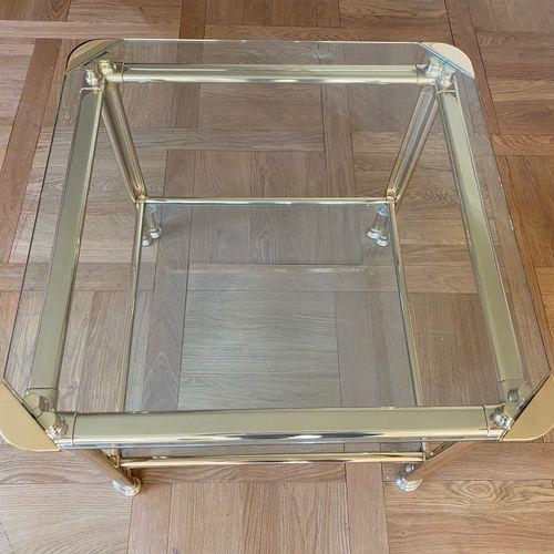Bout de canapé en laiton doré à deux plateaux de verre Circa 1970 52 x 62 x 62 c…