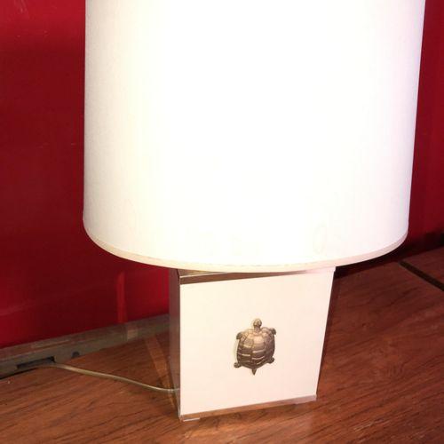 Pied de lampe parallelepipédique laqué beige et or à décor de tortue. Circa 1970…