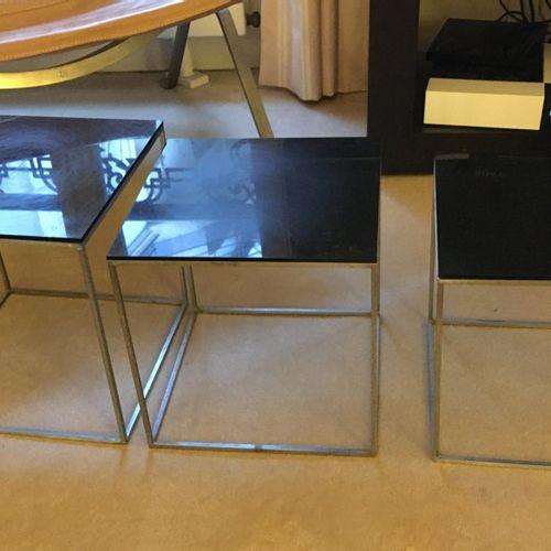 Poul KJAERHOLM (1929 1980) Trois petites tables avec piètement en métal et plate…