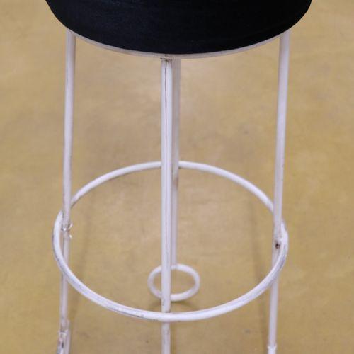 Dans le goût de Jean ROYERE (1902 1981)  Tabouret de bar, métal laqué blanc et v…