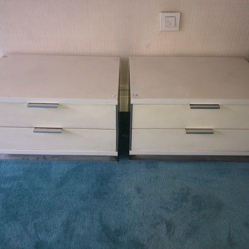 INTERLÜBKE Deux chevets en stratifié blanc à deux tiroirs, montants en aluminium…