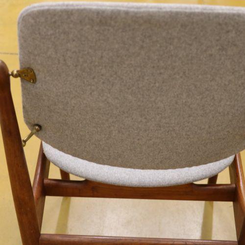 """Arne VODDER (1926 2009)  Paire de chaises """"FD 185"""", palissandre et laiton, recou…"""