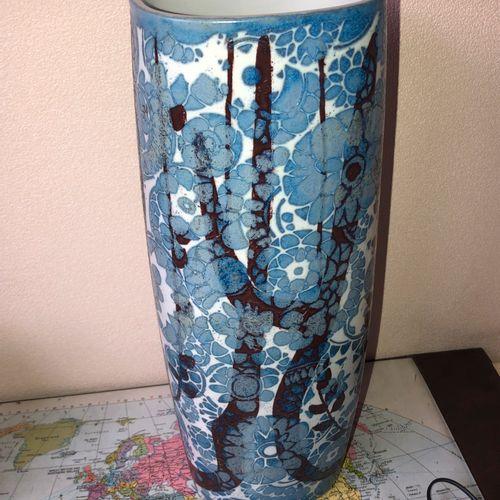 Nils THORSON, pour Royal Copenhagen  Vase en porcelaine bleue, motif BACA Circa …