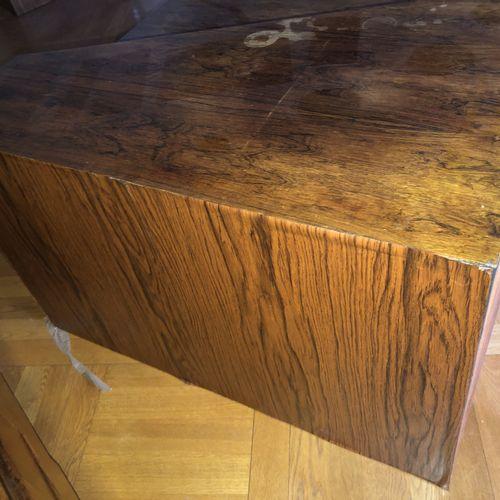 Attribué à BARTOLINI Meuble bas faisant bar en bois de placage ouvrant à deux ti…