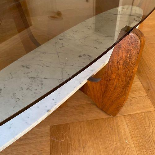 Table basse en bois de placage à deux plateaux ovales, l'un en verre, l'autre en…