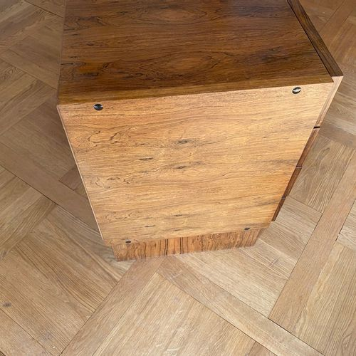 Attribué à BARTOLINI  Commode en bois de placage ouvrant à quatre tiroirs Circa …