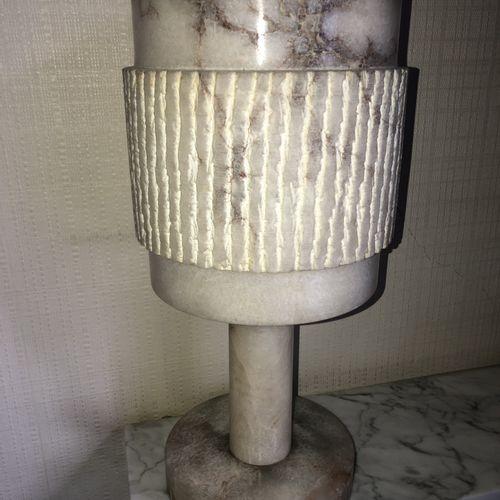 Lampe et son abat jour en albâtre  Circa 1960  H.: 44,5 cm LOT VISIBLE SUR RENDE…