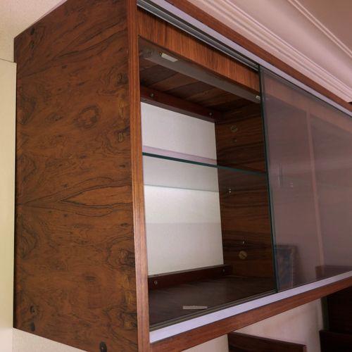 Attribué à BARTOLINI  Bibliothèque d'applique en bois de placage ouvrant à deux …