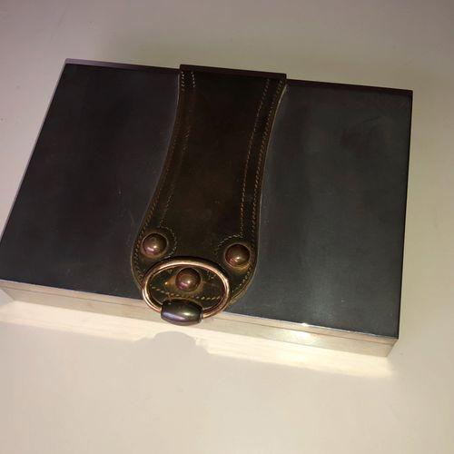 HERMES, Paris Coffret à cigarettes en métal argenté, couvercle figurant une bouc…