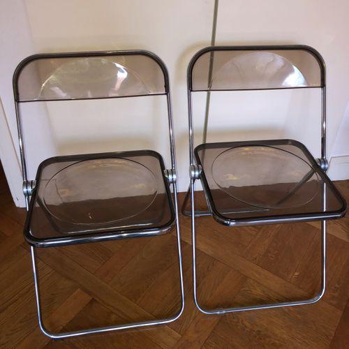 """Giancarlo PIRETTI (né en 1940) Deux chaises """"Plia"""" , métal chromé et pvc fumé Mo…"""