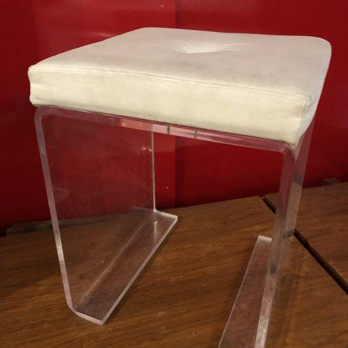 Pouf en plexiglas, assise en skai blanc Circa 1970 45 x 36 x 34 cm LOT VISIBLE S…