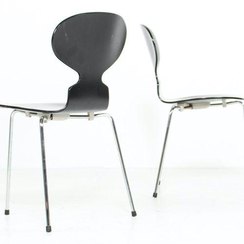 """Arne JACOBSEN (1902 1971)  Six chaises """"Fourmi"""", frêne teinté noir et piètement …"""