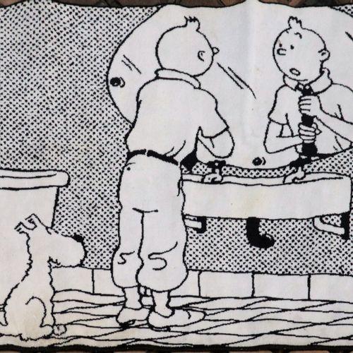 Dérivés Tapis de bain édité par Axis (1995)  Tintin ajustant sa cravate dans sa …