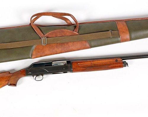 Semi automatic three shot rifle Caliber 12/70 Breda with 4 CHOKE and case, barre…