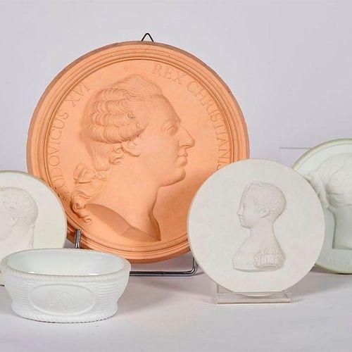 TROIS MEDAILLONS en biscuit de forme circulaire représentant l'Impératrice Eugén…