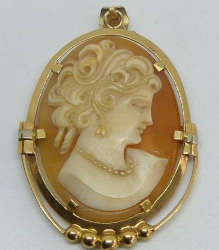 PENDENTIF en or jaune orné d'un camée coquille à profil féminin. Poids brut 5,1 …