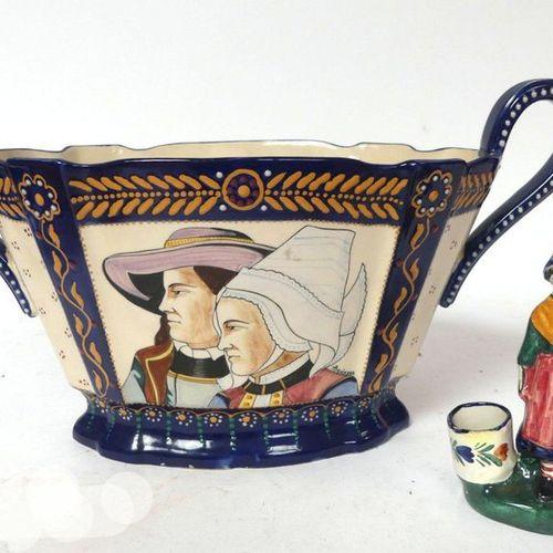 HB QUIMPER. Jardinière à décor d'un couple de Bretons (H. 23 cm) et saleron figu…