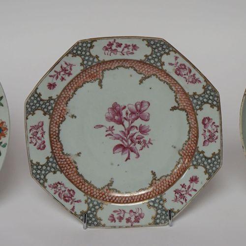 CHINE, XVIIIe. Trois ASSIETTES de la Compagnie des Indes, en porcelaine émaillée…
