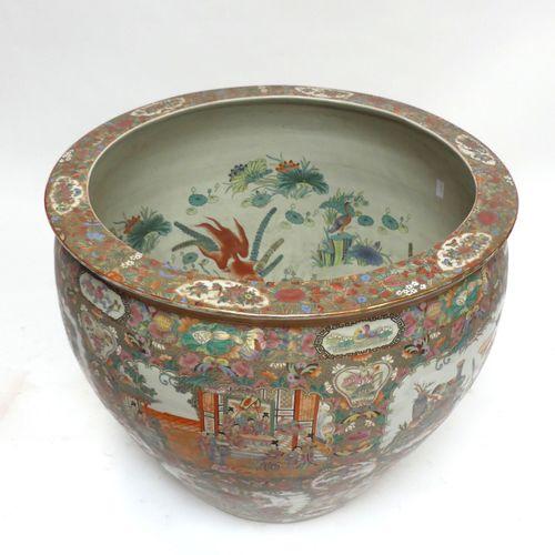 CHINE. Important AQUARIUM en porcelaine. H. 68, Diam. 77 cm