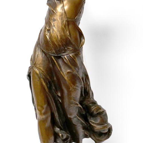 Ecole française vers 1900. Femme drapée. Bronze à patine dorée portant le cachet…