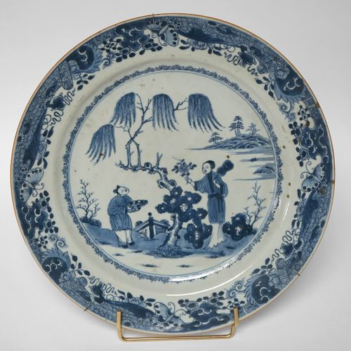 CHINE, XVIIIe. PLAT rond en porcelaine de type bleu et blanc à décor de deux per…