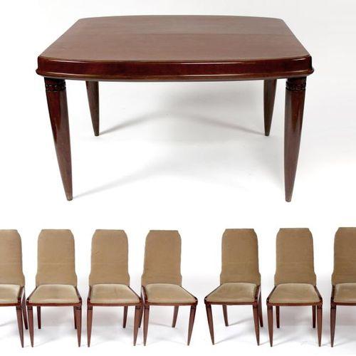 SALLE à MANGER comportant une TABLE et huit chaises en bois de placage d'acajou …