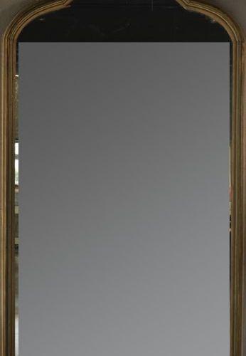 Grand miroir à fronton en bois laqué crème et doré.  Fin XIXème début XXème. H…
