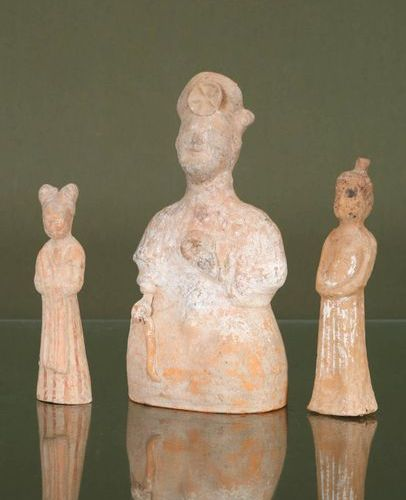 CHINE 3 statuettes    In terracotta with the figures of ladies of the court  Tan…