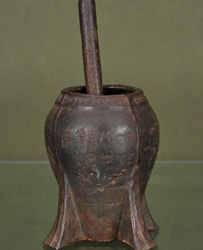 CHINE Mortar vase and its pestle    Bronze with flower decoration and calligraph…