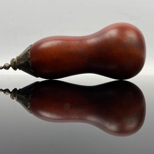 Poire à poudre en calebasse et argent  Fin du XVIIIème siècle  H_13 cm. Poids br…