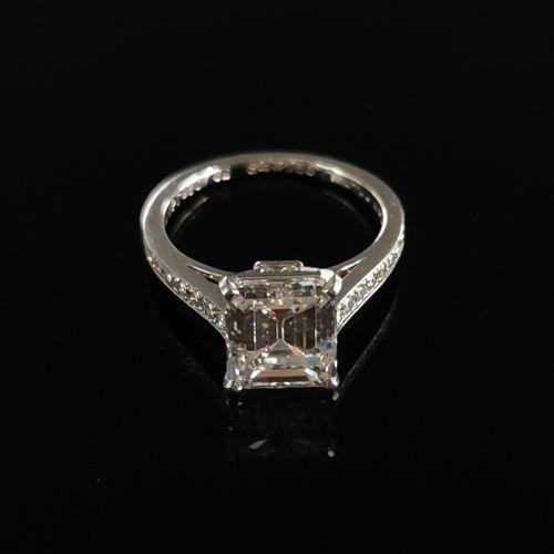 CARTIER.  Bague solitaire en platine ornée d'un diamant de taille émeraude pesan…