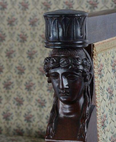 Bergère en acajou à dossier plat,  les montants à bustes de femme antique, repo…