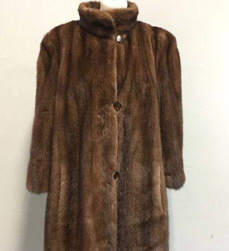 Lot comprenant un manteau court en vison brun col montant et simple boutonnage, …