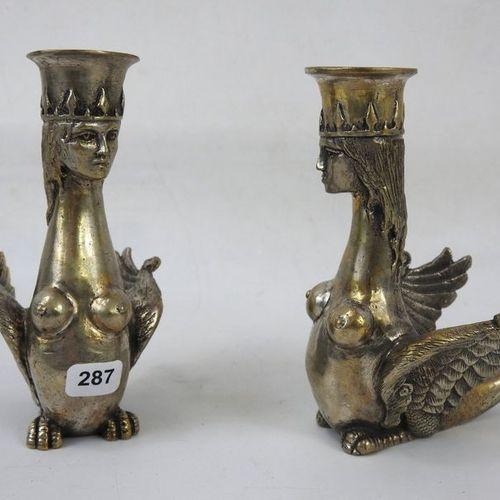 PAIRE DE BOUGEOIRS en bronze argenté formant des chimères. Haut : 12 cm.