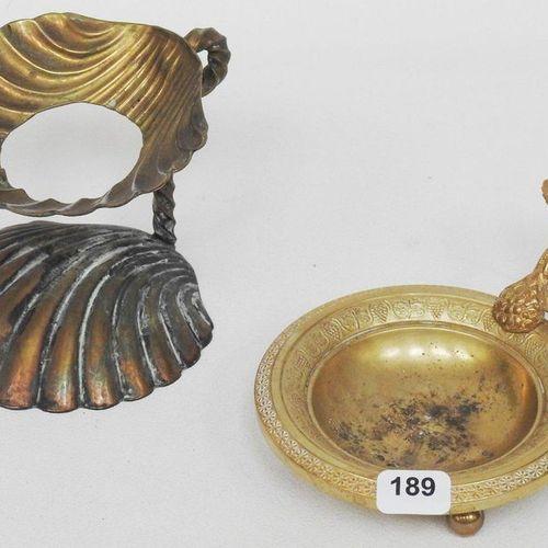 Lot comprenant un petit vide poche sur pied en bronze à décor de pampres de vign…