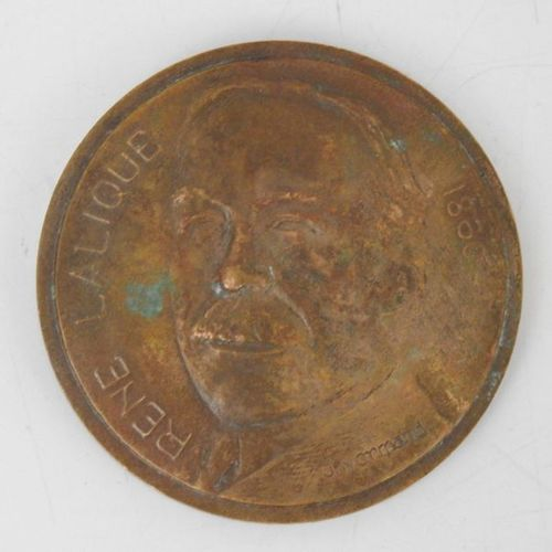 J. NORMAND (XXth). Commemorative bronze medal with the profile of René LALIQUE (…