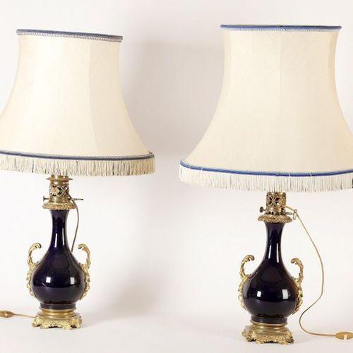 PAIRE DE LAMPES de forme balustre en porcelaine à couverte bleu de four avec mon…