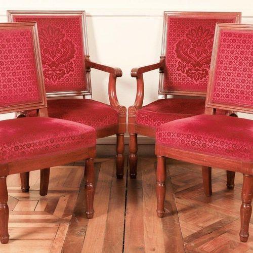 MOBILIER DE SALON comprenant deux chaises et deux fauteuils en acajou à dossier …