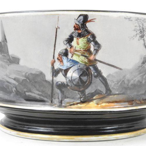 JARDINIERE ovale en porcelaine à décor de deux chevaliers dans un paysage. XIXèm…