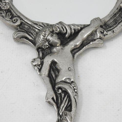 MIROIR face à main en bronze argenté de style rocaille. Haut.: 31 cm.