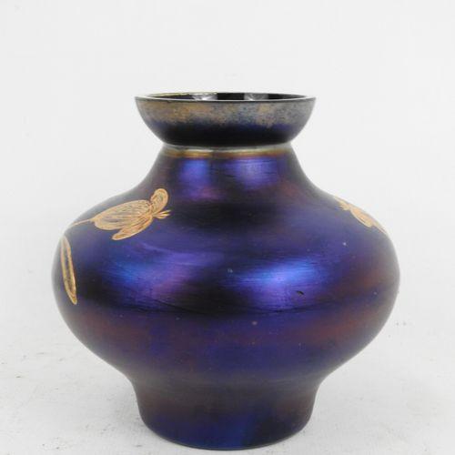 VASE en verre irisé bleu à decor émaillé de fleurs dorées. Dans le gout de Loetz…