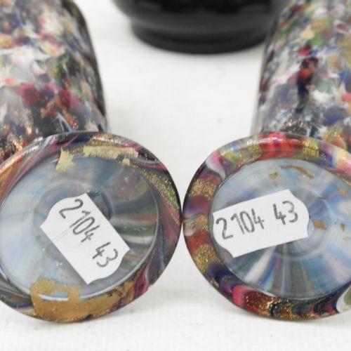 PAIRE de petits vases en verre, Haut.: 15 cm. On y joint un petit en verre teint…