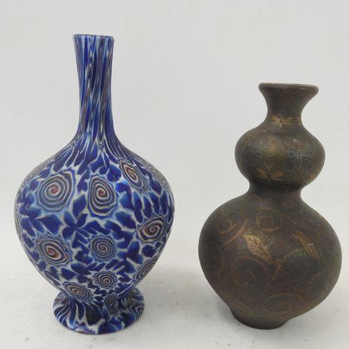 LOT comprenant : un vase à long col en pate de verre à décor de spirale. Haut.: …