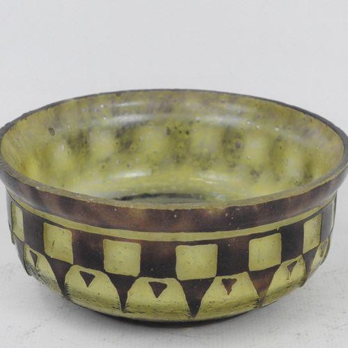 COUPE en verre multicouche jaune et brun à décor géométrique. Début XXème. Haut.…